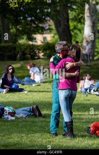 Passionately kissing couple in the Parco del Valentino, Turin, Italy - Stock Image