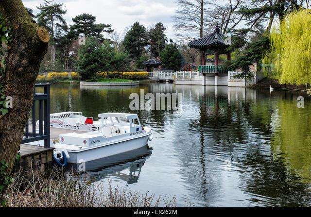 Jardin d'Acclimatation, Bois de Boulogne Paris. Boating pond at Funfair and Amusement park - Stock Image