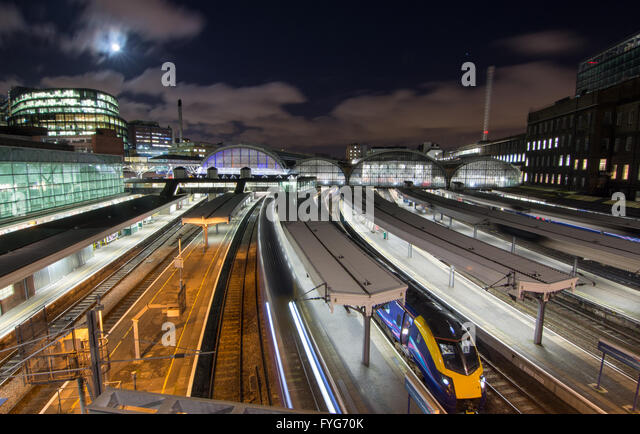 London, England - January 26, 2016: First Great Western intercity trains at the platforms of London's Paddington - Stock-Bilder