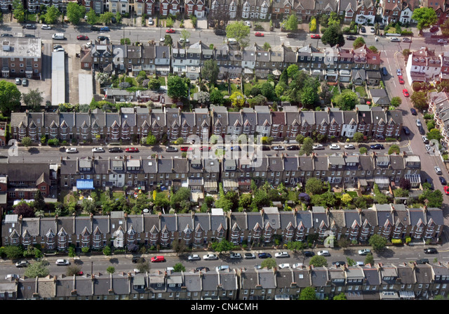 aerial view of tightly packed terraced urban housing in London SW19 - Stock-Bilder