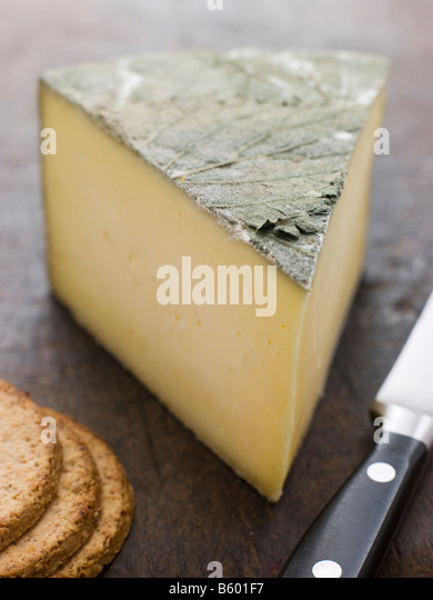 Wedge of Cornish Yarg Cheese with Oatmeal Biscuits - Stock Image