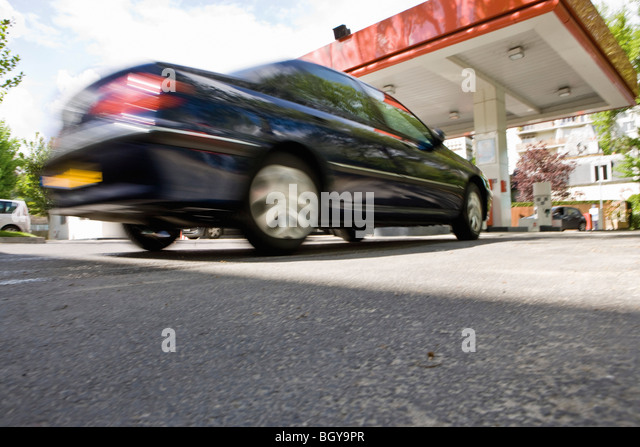 Car arriving at gas station - Stock Image