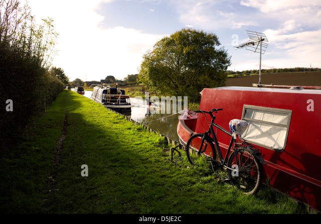 Oxford Canal near Aynho Oxfordshire Oxon England boat narrowboat narrowboats canoe kayak bike bicycle cycle canal - Stock Image