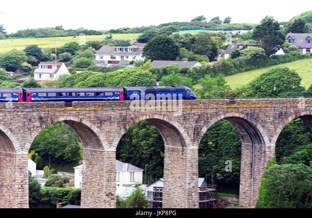 An InterCity 125 train (High Speed Train, HST) over the Angarrack Viaduct en route to Paddington, Cornwall, England, - Stock-Bilder
