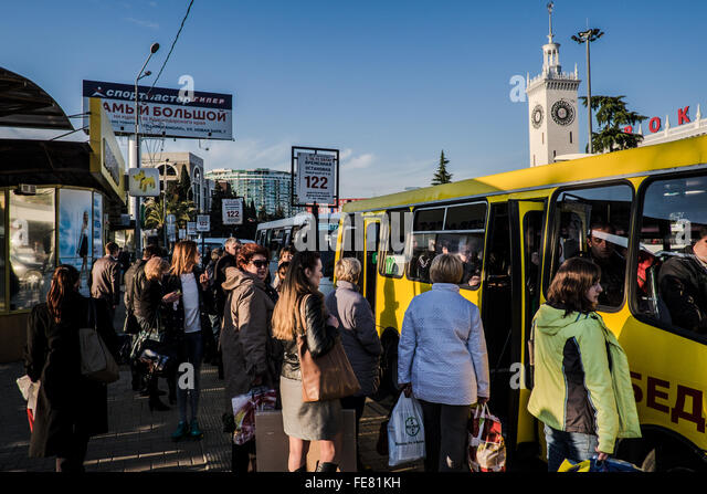 People in front of a bus stop in Sochi - Stock Image