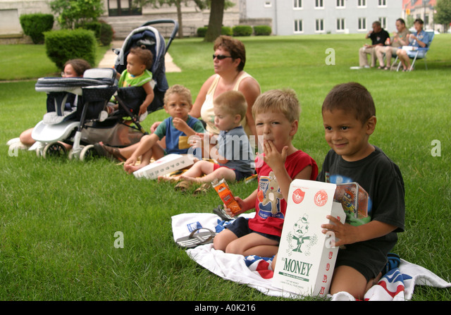 Ohio Sandusky Washington Park Gazebo free concert audience boys - Stock Image
