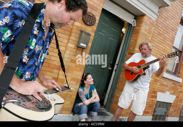 Cleveland Ohio, Ohio City, Bridge Avenue, Johnny Mango World Cafe and Bar, street musicians, guitar, music, - Stock Image