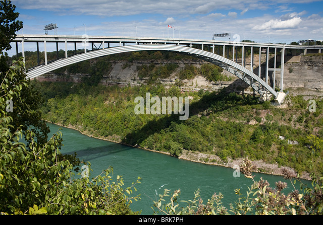 405 Bridge between Canada and New York State spans Niagara escarpment - Stock Image