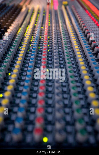 Vertical shot of a mixing deck/ soundboard with equalizer and levels control knobs. - Stock-Bilder