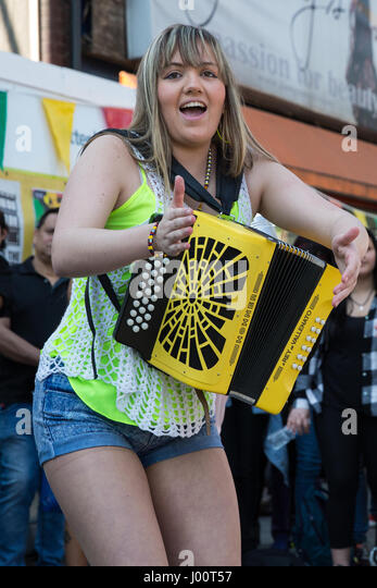 London, UK. 8th Apr, 2017. Latin American singer Paloma Lomax entertains campaigners from and supporters of the - Stock Image