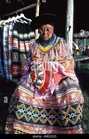 Florida Seminole Indian woman sewing traditional clothing - Stock Image