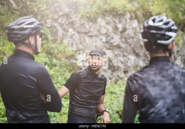 Three cyclists taking a break in Cheddar George - Stock-Bilder