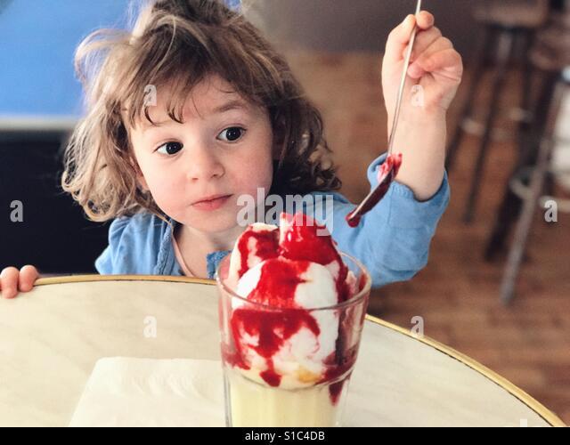 Little girl eating ice cream - Stock-Bilder