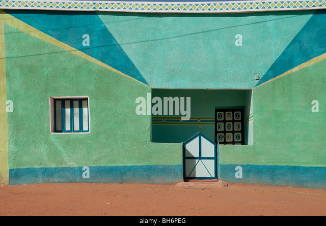 A colorful house in the desert village of Balat in Egypt's Dakhla Oasis. - Stock-Bilder