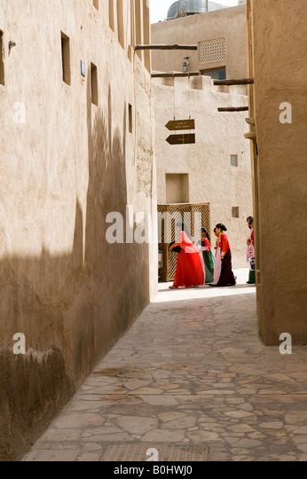 Dubai, United Arab Emirates. Bastakiya, a restored quarter of old Dubai. Girls on their way to school - Stock-Bilder
