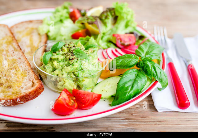 Plate with bread and fresh vegetables for vegan breakfast/lunch. - Stock-Bilder