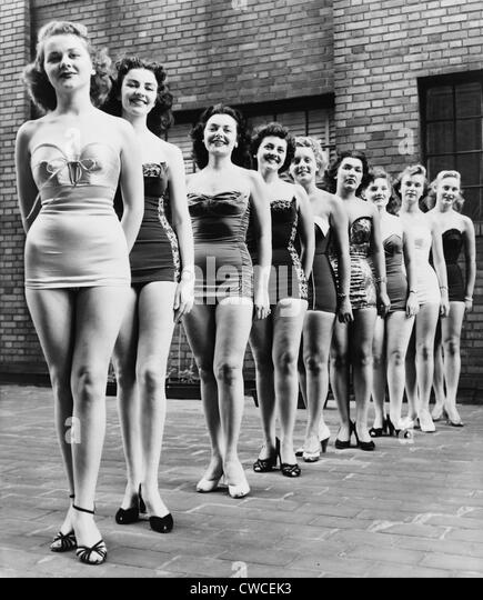 Miss New York City beauty contestants line up atop a city hotel in 1952. - Stock Image