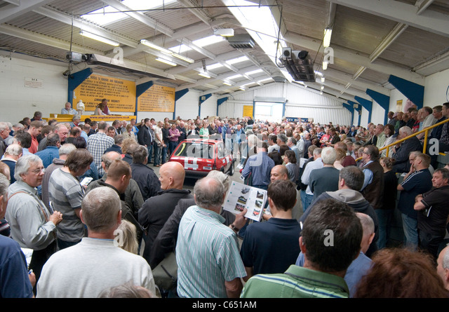 second hand car auction auctions deal dealer bid bidding bidders buyers auctioneer auctioneers cars being sold at - Stock Image