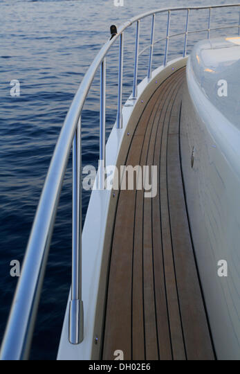 Railing, main deck planked with teakwood, Leonardo II, a cruiser built by Azimut, type of boat: Leonardo 98, length: - Stock-Bilder
