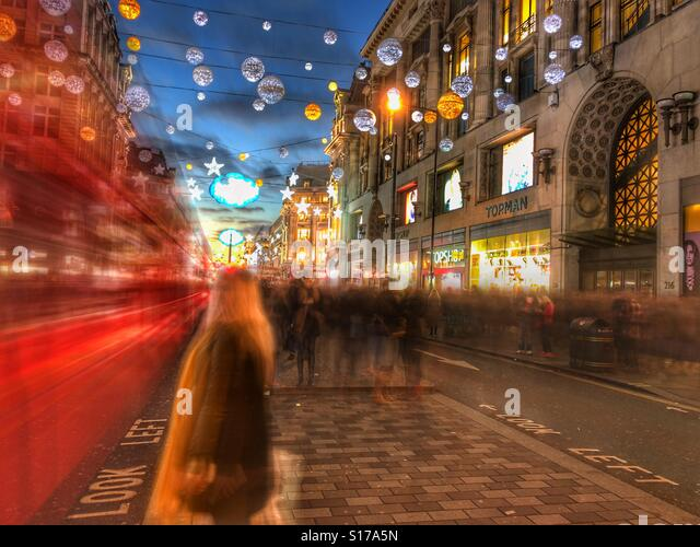 London red bus and Oxford street at Christmas. People & traffic rendered as motion blur by Slow Shutter App - Stock-Bilder
