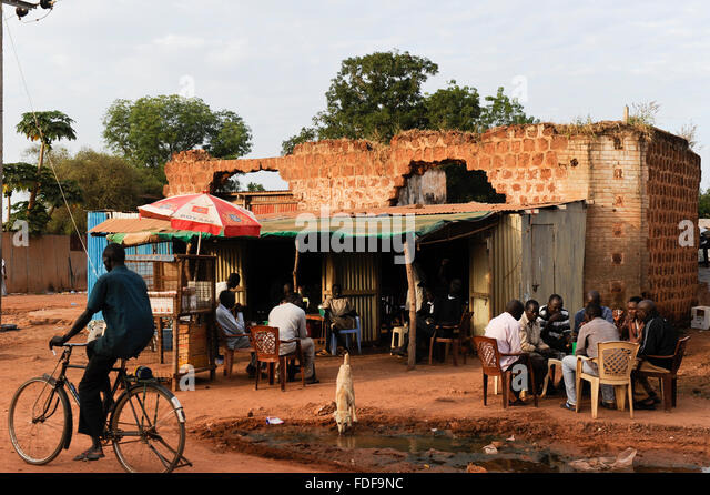 SOUTH SUDAN, Bahr al Ghazal region, Lakes State, town Rumbek , destroyed building from war between SPLA and north - Stock Image