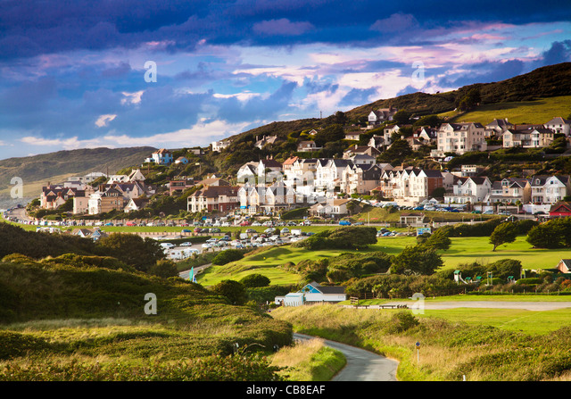 Evening light falls on the English coastal resort town of Woolacombe in Devon, England, UK - Stock-Bilder