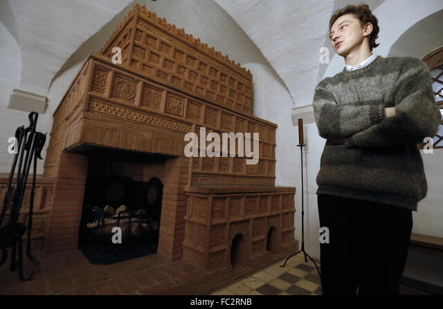 Moscow, Russia. 20th Jan, 2016. A visitor stands next to an tiled stove in the Old English Court, a building which - Stock Image