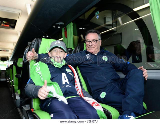 Stadionkind mit Busfahrer Guido Vinicotto im Mannschaftsbus des VfL  Bundesliga match between VfL Wolfsburg and - Stock-Bilder