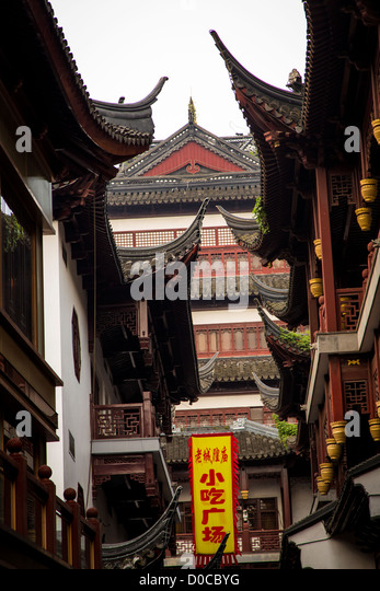 View of the Chinese style roof at Yu Yuan Gardens bazaar Shanghai, China - Stock Image