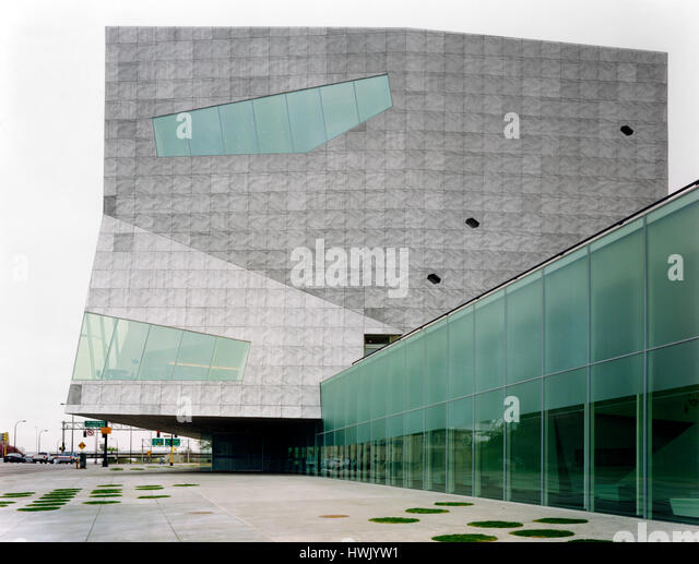 Exterior of aluminum clad tower with glazed streetlevel concourse in the foreground. Walker Art Center, Minneapolis, - Stock-Bilder