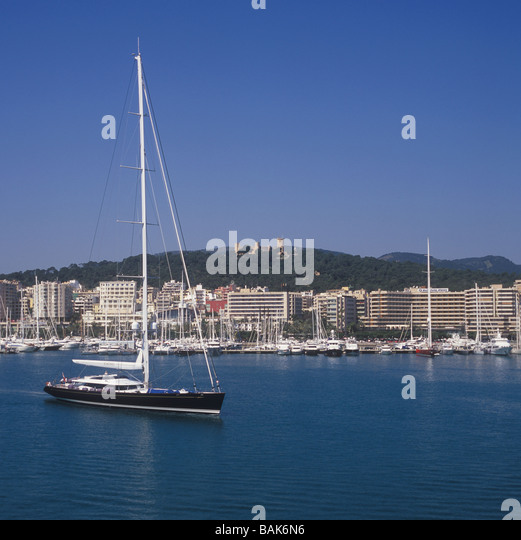 Sailing Yacht 'Kokomo' with historic Bellver Castle and Paseo Maritimo in the background, Palma de Mallorca - Stock Image