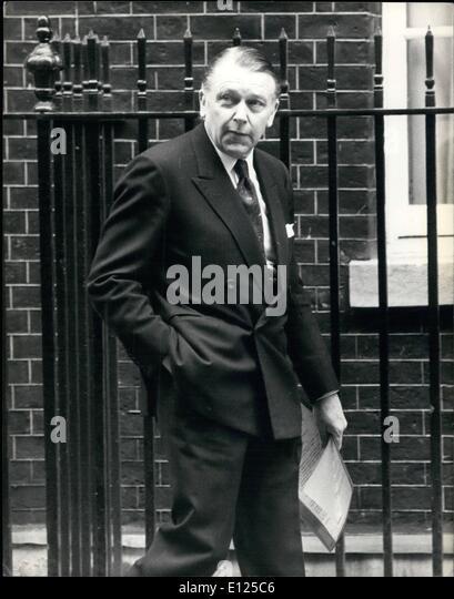 May 05, 1992 - Crisis meeting at Downing Street.: Photo shows Foreign Secretary Francis Pymn arrives at No.10 Downing - Stock Image