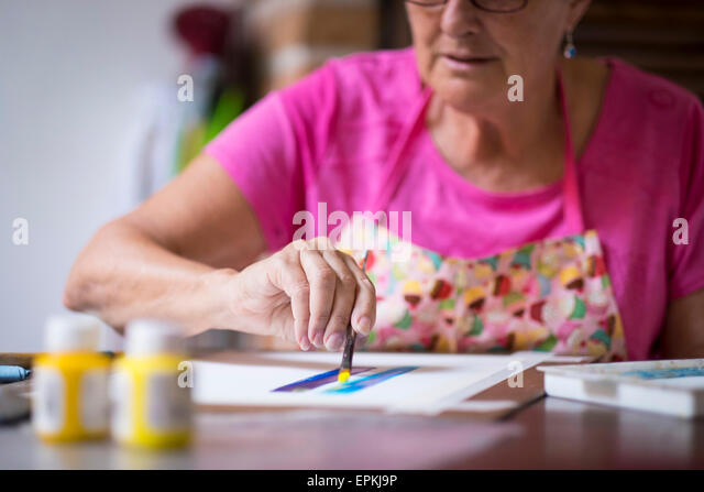 Woman painting an abstract picture - Stock-Bilder
