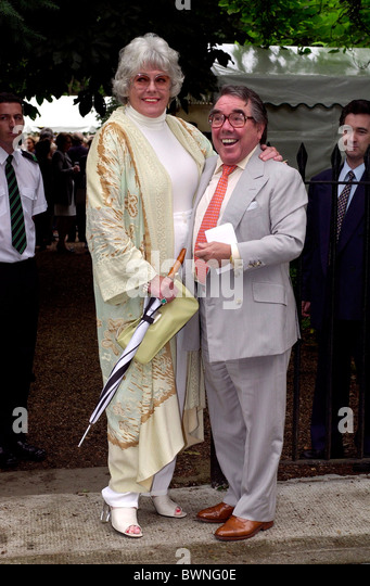 COMEDIAN RONNIE CORBETT WITH HIS WIFE, ANNE HART AT CELEBRITY SUMMER PARTY IN CHELSEA, LONDON. - Stock Image