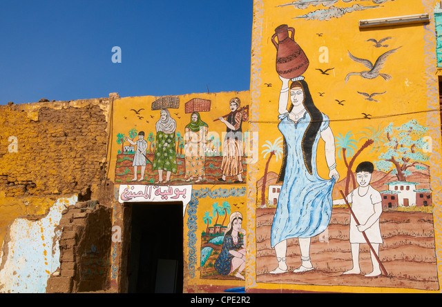 Wall paintings on house in the village of Gourna El Gedida, West Bank of the River Nile, Thebes, Egypt, North Africa, - Stock-Bilder