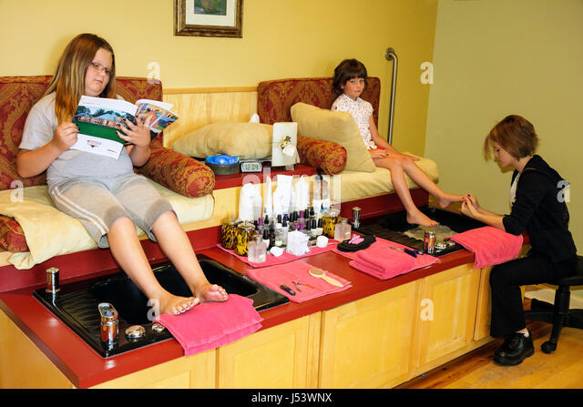 Arkansas Eureka Springs 1886 Crescent Hotel and Spa New Moon Day Spa and Salon girls pedicure foot treatment pedicurist - Stock Image
