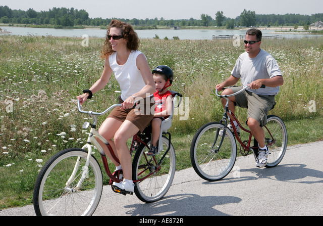 Toledo Ohio Oregon Maumee Bay State Park family bicycles mother father - Stock Image