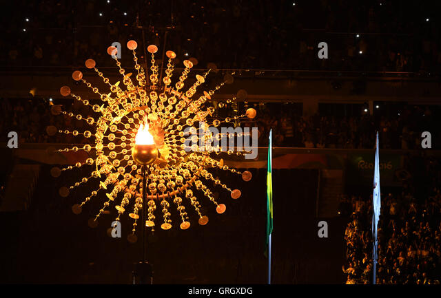 Rio De Janeiro, Brazil. 7th Sep, 2016. The Olympic flame is seen during the opening ceremony of the 2016 Rio Paralympic - Stock-Bilder