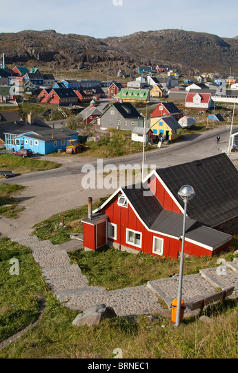 Greenland, Qaqortoq. South Greenland's largest town with almost 3,000 inhabitants. Overview of town with typical - Stock-Bilder
