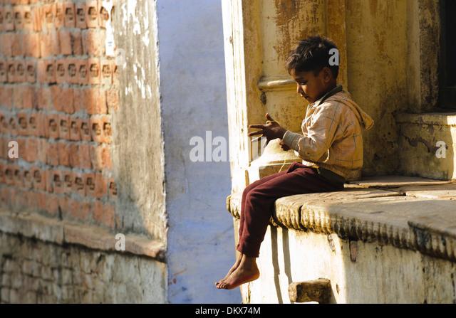 Varanasi, India, Boy playing with string - Stock-Bilder
