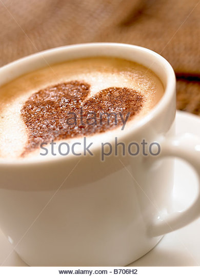 Heart-shape decoration on foam in coffee cup - Stock-Bilder