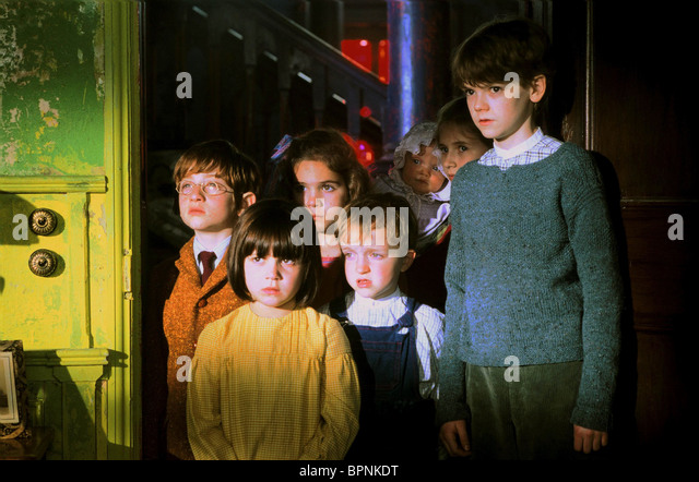 RAPHAEL COLEMAN HOLLY GIBBS ELIZA BENNETT SAM HONYWOOD JENNIFER RAE DAYKIN & THOMAS SANGSTER NANNY MCPHEE (2005) - Stock Image