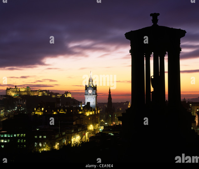 The Dugald Stewart Monument on Calton Hill with view of City skyline at sunset, Edinburgh, Scotland, UK. - Stock-Bilder