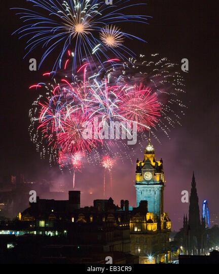 UK, Scotland, Edinburgh, Fireworks exploding above illuminated Edinburgh Castle during Edinburgh Fringe Festival - Stock Image