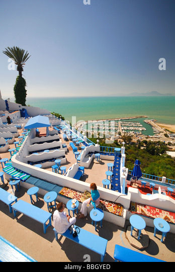 TUNIS, TUNISIA. A young couple at the terraced Cafe Sidi Chebaane in the hilltop village of Sidi bou Said outside - Stock Image