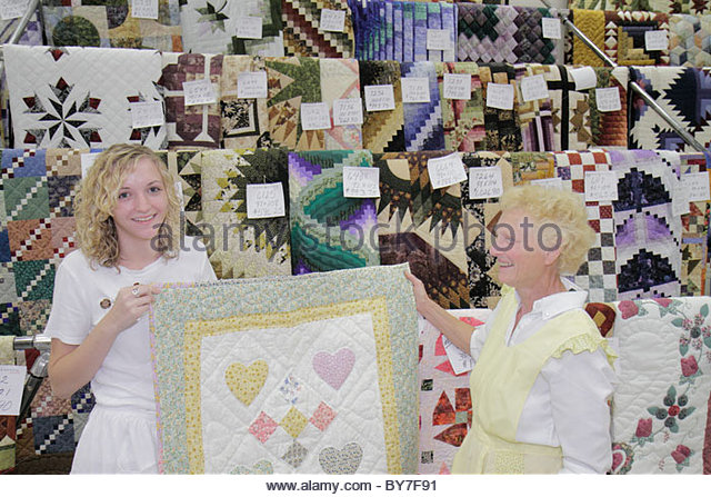 Pennsylvania Kutztown Kutztown Folk Festival Pennsylvania Dutch folklife tradition arts and crafts shopping quilt - Stock Image