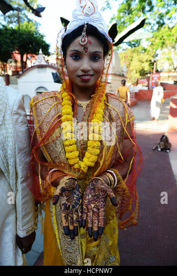 An Indian bride showing her henna decorated hands. - Stock Image