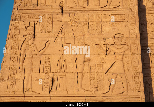Egypt Kom Ombo temple relief carving showing the king or Pharaoh with double crown of Upper and Lower Egypt - Stock Image