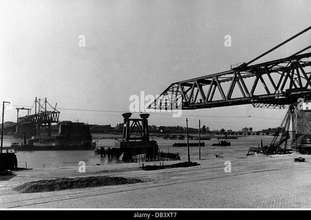 post war period destroyed cities Germany Cologne destroyed bridge across the Rhine late 1940s destruction destructions - Stock Image