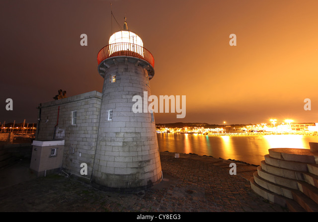 Howth Harbour lighthouse on the end of the southern arm of Dublin harbour. - Stock-Bilder
